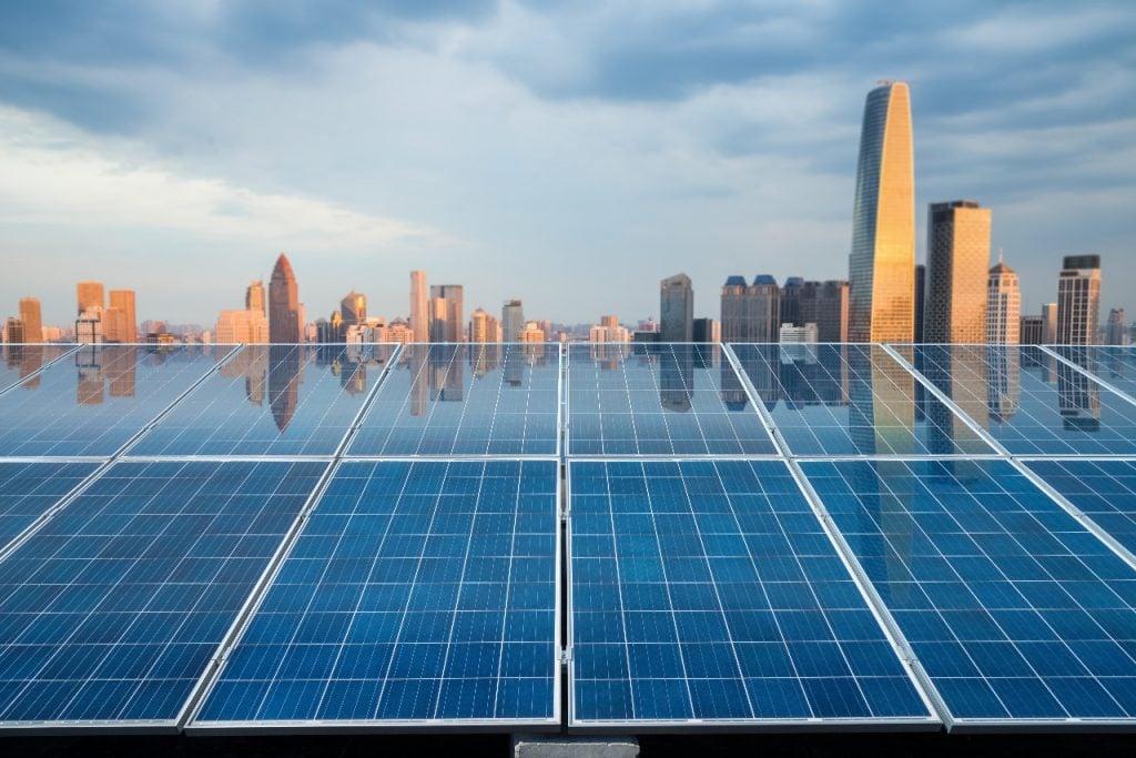 Сонячні панелі на багатоповерхових будинках