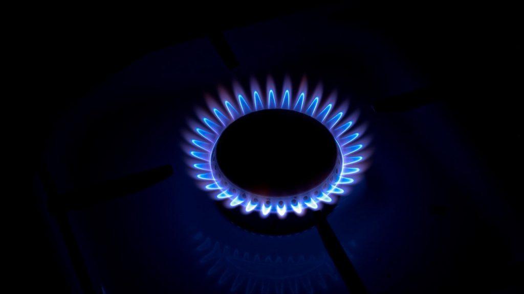 Синее пламя газа на черном фоне
