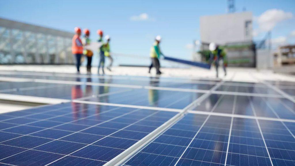 Установка сонячних панелей на даху багатоповерхівки