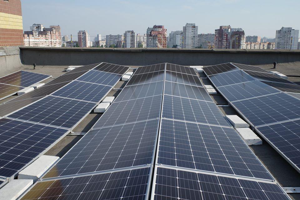 Дахова сонячна електростанція на багатоповерховому будинку