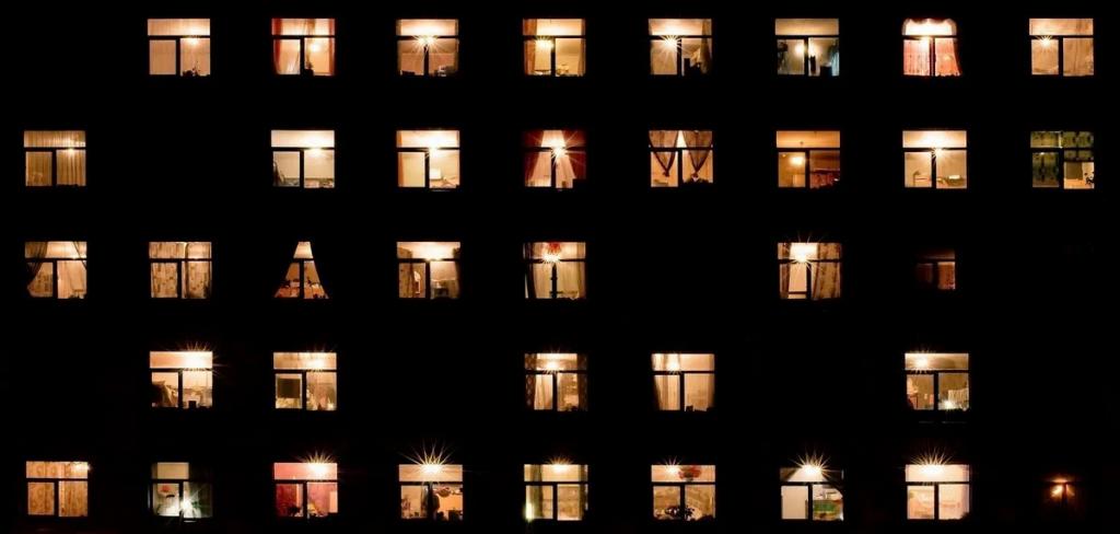 Світло у вікнах будинку