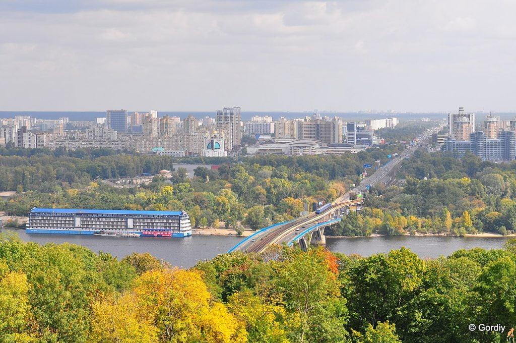Вид на Дніпровський район міста Києва восени, міст метро