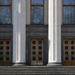 Верховна Рада України, колони біля центрального входу