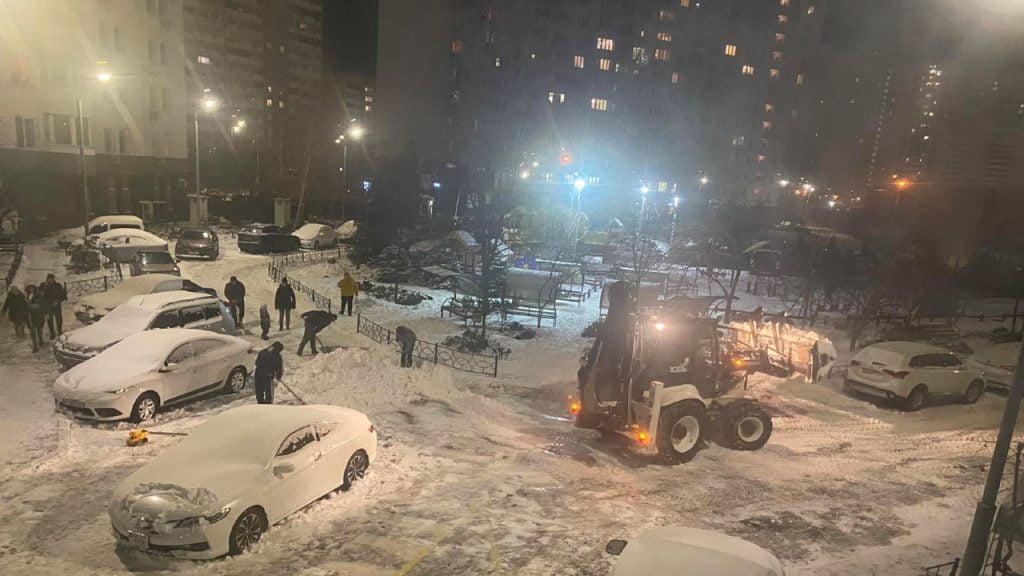 """Прибирання снігу на території ОСББ """"Оберіг на Позняках"""""""