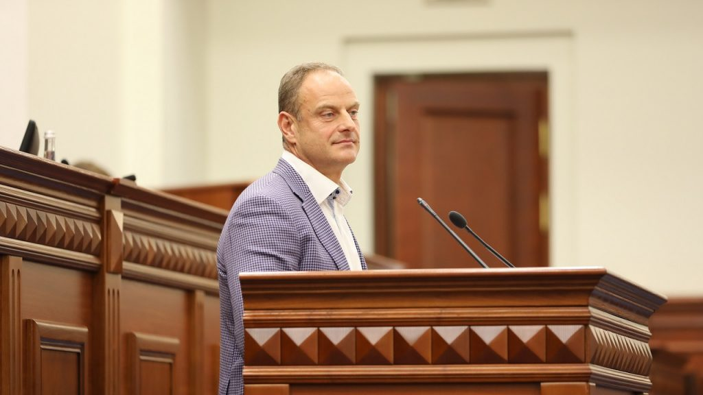 Засідання Київської міської ради 07 жовтня 2021 року, на трибуні депутат Олександр Бродський